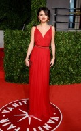 selena-gomez-vanity-fair-oscars-after-party-with-justin-beiber-in-dolce-and-gabbana-red-dress-beautiful-on-red-carpet-3
