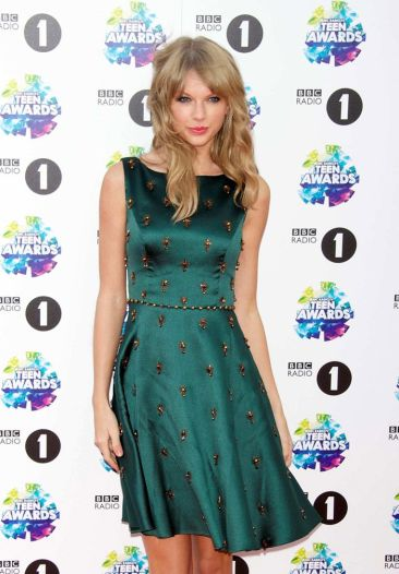 taylor-swift-photos-in-green-dress-11